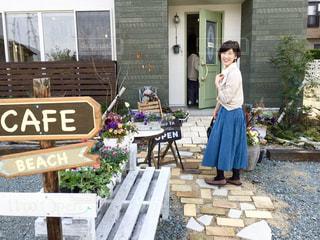 おしゃれなカフェの前での写真・画像素材[2254257]
