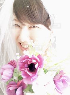 女性,花,自撮り,白,結婚式,花嫁,人物,セルフィー,人,ブーケ,結婚,ウェディング,ジューンブライド,ベール,セルフショット,結婚式ドレス