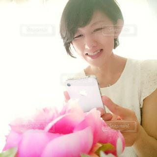 花を撮影する人の写真・画像素材[2283189]