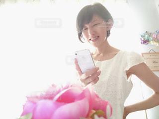 花を撮影する女性の写真・画像素材[2283226]