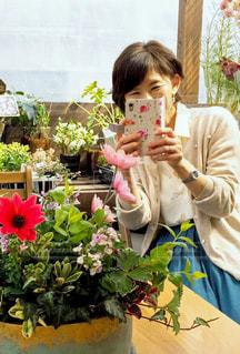 花を撮影する女性の写真・画像素材[2283250]