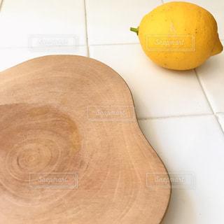 カッティングボードとレモンの写真・画像素材[2871773]