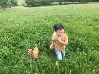 笑顔で走る子どもの写真・画像素材[4611108]