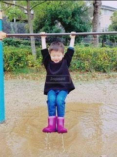 男性,子ども,家族,1人,雨,水たまり,長靴,雨上がり,男の子,鉄棒,3歳