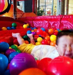 子ども,1人,ジャンプ,躍動感,風船,鮮やか,ボール,幼児,変顔,男の子,カラー,遊び場,やんちゃ,飛び込み,ボールプール,2歳児,室内遊具,インドアスポーツ