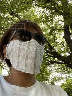 父の形見のシャツ生地で涼しい夏マスクの写真・画像素材[3548509]