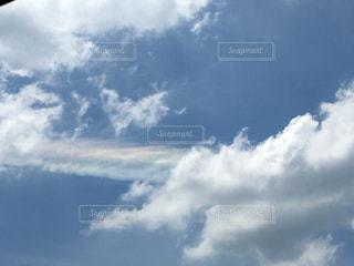 曇り空を飛ぶ飛行機の写真・画像素材[2359613]