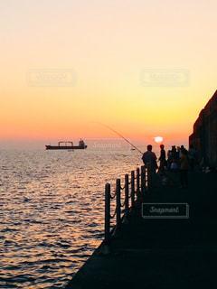 5人以上,風景,海,空,屋外,太陽,夕焼け,夕暮れ,船,水面,水平線,日没,光,釣り,サンセット