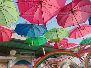 カラフルな傘の写真・画像素材[2206933]