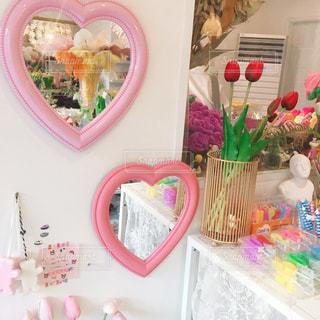 テーブルの上のピンクの花のクローズアップの写真・画像素材[2272310]