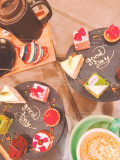 テーブルの上の食べ物の皿の写真・画像素材[2287751]
