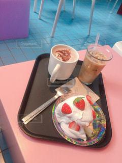 キラキラお皿のケーキの写真・画像素材[2287752]