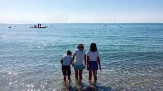 水域の近くの浜辺にいる人々のグループの写真・画像素材[2196655]