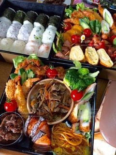 テーブルの上にたくさんの食べ物の写真・画像素材[2203049]
