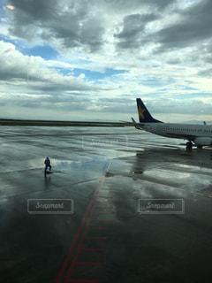 飛行機の周りに立っている人々のグループの写真・画像素材[2208857]