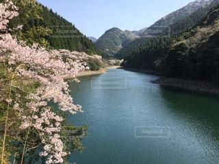 山を背景にした水域の写真・画像素材[2210897]