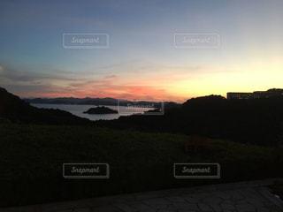 丘の上の夕日の写真・画像素材[2210952]