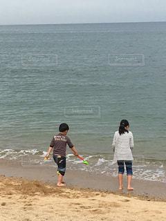 砂浜の上に立つ人々のグループの写真・画像素材[2211138]