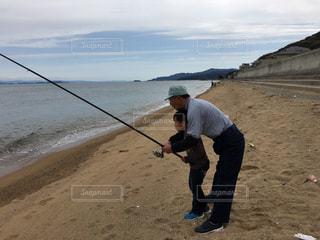 水域の隣に立っている男の写真・画像素材[2211152]