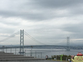水域に架かる橋の上の人々のグループの写真・画像素材[2211297]