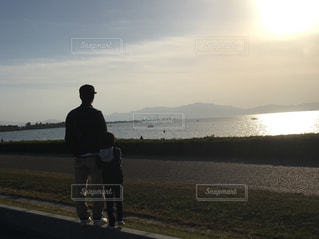 夕陽,琵琶湖,父と息子,湖岸,おてて繋いで,6歳男の子,30代父