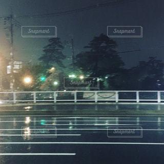 夜,雨,道路,街灯,雨の日,雨の夜,雨の日の道路