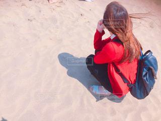 砂辺で黄昏ている女の子の写真・画像素材[2193922]
