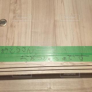 木製の表面にある緑の本の写真・画像素材[2194269]