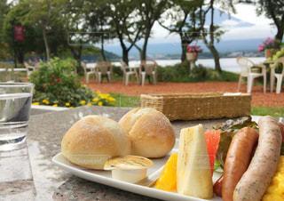 ピクニックテーブルの上に座っているサンドイッチの写真・画像素材[2258497]