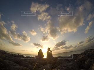 夕陽を眺めるの写真・画像素材[2513989]