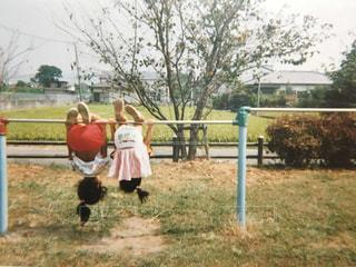 鉄棒で遊ぶ女の子の写真・画像素材[2513996]
