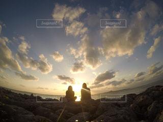 女性,20代,自然,海,空,屋外,太陽,ビーチ,雲,夕暮れ,光,丘,夕陽,くもり,日中,クラウド,山腹