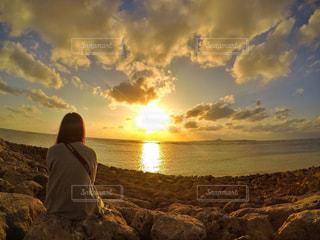 夕焼けを眺める女性の写真・画像素材[2864301]