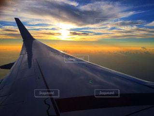 空を飛ぶ飛行機の写真・画像素材[2864302]