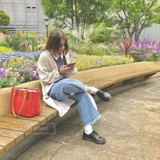 女性,ファッション,風景,花,アクセサリー,屋外,眼鏡,人物,人,座る,地面,観葉植物,草木,メガネ,履物