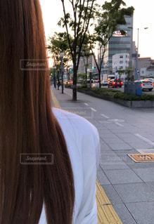 歩道に立っている人の写真・画像素材[2294774]