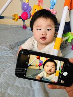 赤ちゃんとスマホの写真・画像素材[2283581]