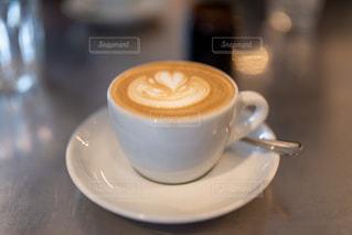 テーブルの上でコーヒーを一杯の写真・画像素材[2918726]