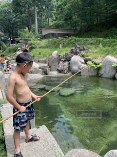 川で魚釣りの写真・画像素材[3744638]