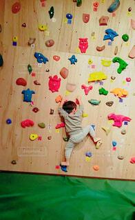 男の子がボルダリングをしている姿の写真・画像素材[4405901]