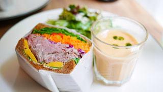 テーブルの上に食べ物のプレート - No.740671