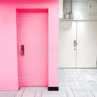 赤いドアとキッチンの写真・画像素材[868700]