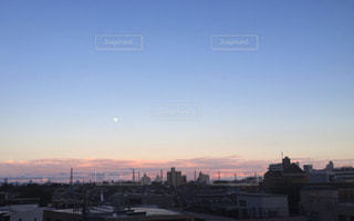 夕暮れ時の都市の景色の写真・画像素材[955880]