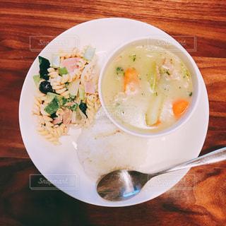 テーブルの上に食べ物のプレートの写真・画像素材[1282639]