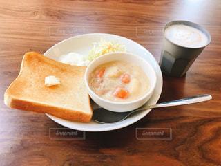 木製のテーブルの上に座ってコーヒー カップの写真・画像素材[1282643]
