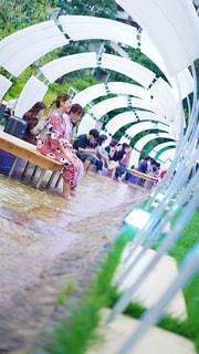 足水で涼む浴衣の女性2人の写真・画像素材[2304630]