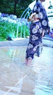 傘を持った小さな女の子の写真・画像素材[2304634]