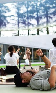 ベンチに座っている人々のグループの写真・画像素材[2304666]