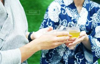 お茶で乾杯する浴衣カップルの写真・画像素材[2306340]