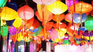 屋内屋台村のカラフルな照明の写真・画像素材[2370100]